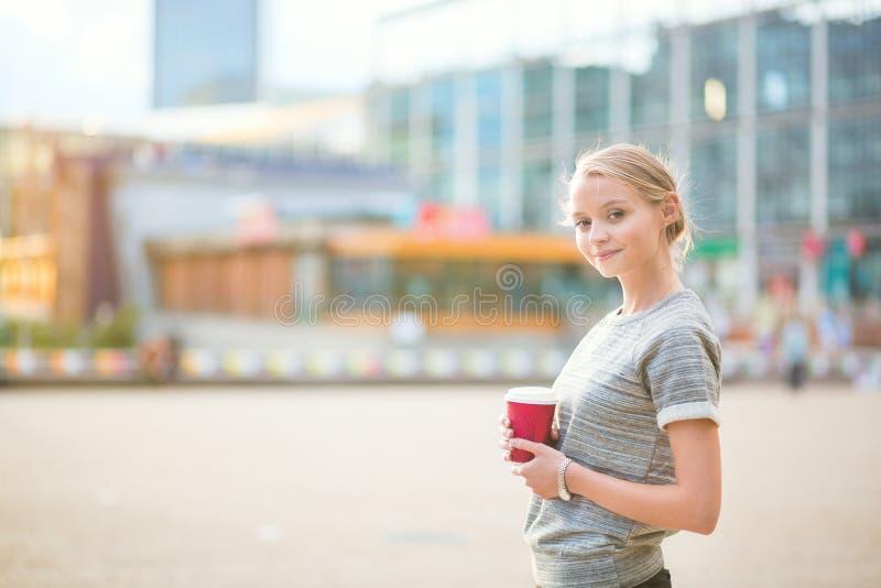 有年轻美丽的妇女她的咖啡休息 库存图片