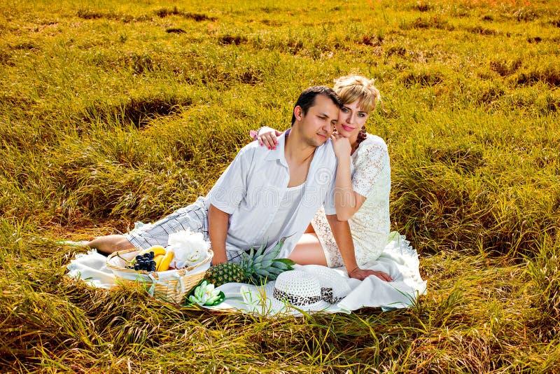 有年轻美好的夫妇野餐 库存照片