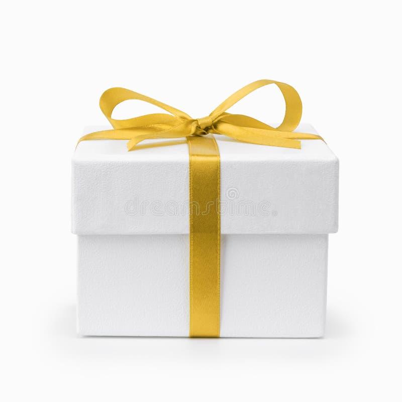有黄色丝带弓的白色织地不很细礼物盒 免版税库存照片
