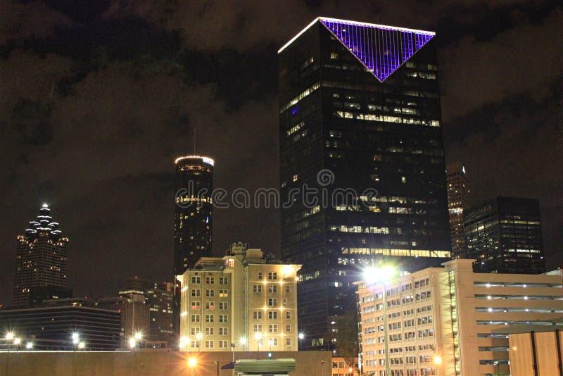 有紫色光的摩天大楼 免版税库存图片