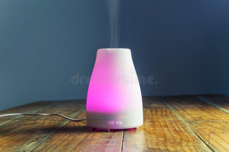 有紫色光的超音波精油分散器 免版税库存图片