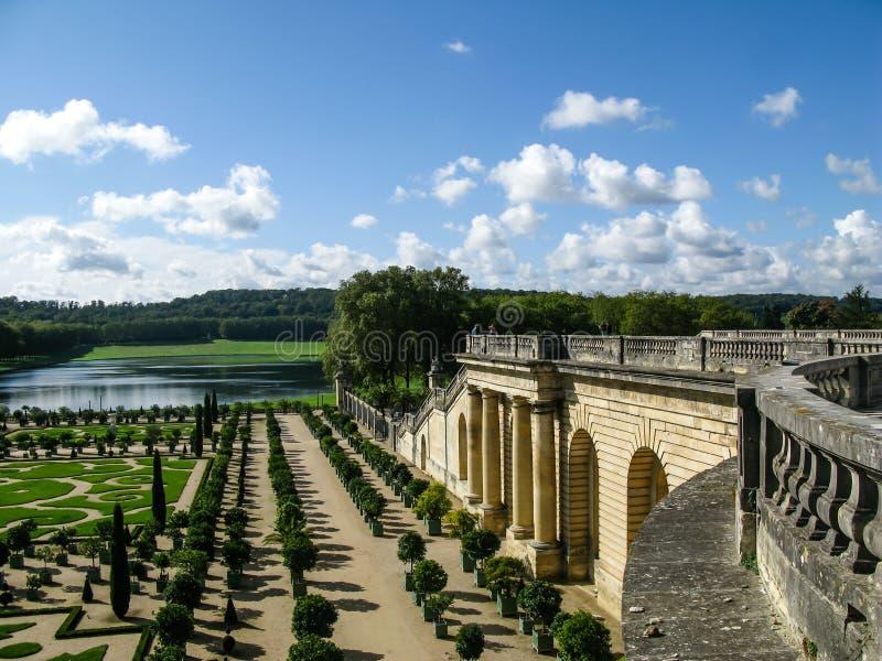 有绿色几何形状的美丽的庭院在法国 免版税库存图片