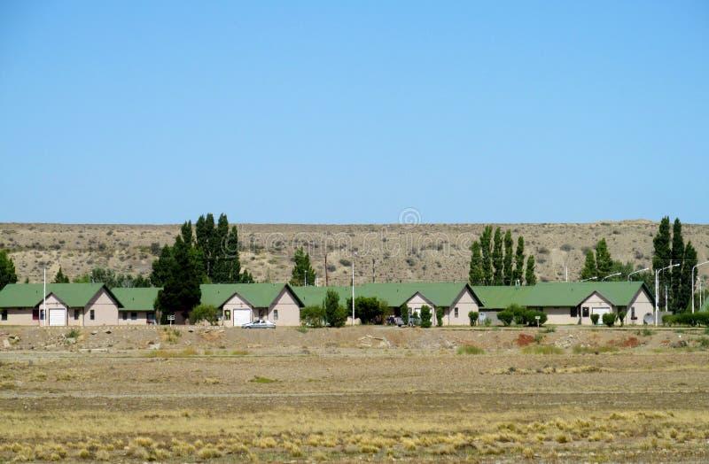 有绿色屋顶的村庄房子 免版税库存照片