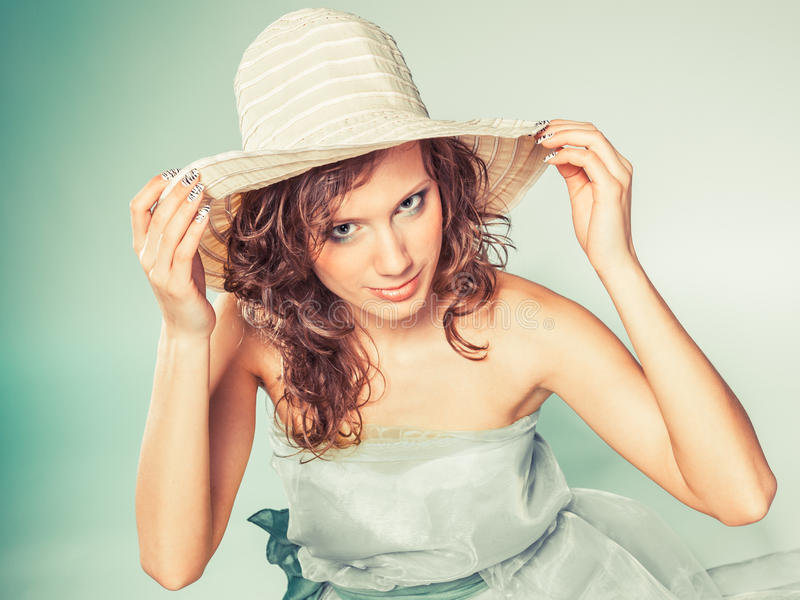 有绿色礼服和帽子的少妇 免版税库存图片