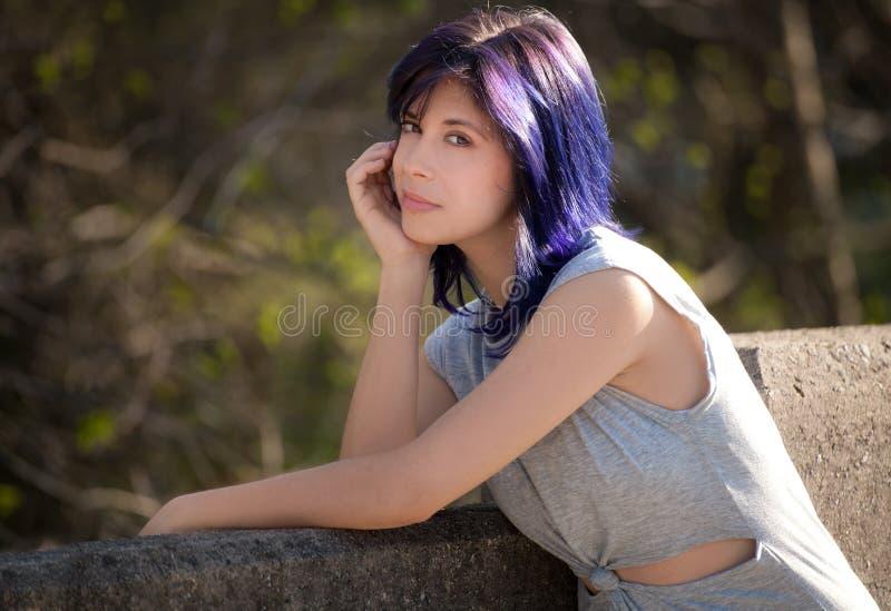 有紫色头发的俏丽的妇女 免版税库存照片