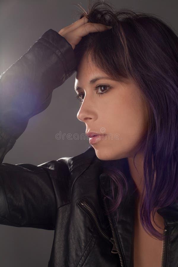 有紫色头发的妇女在皮夹克 免版税库存图片