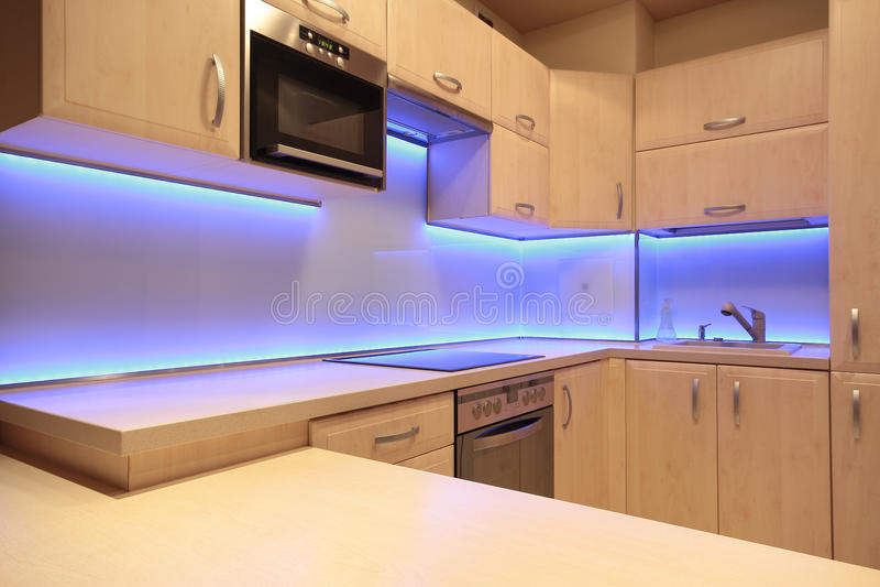 有紫色LED照明设备的现代豪华厨房 库存照片