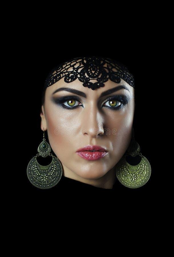有黑花梢阿拉伯服装的美丽的白种人少妇 免版税库存图片