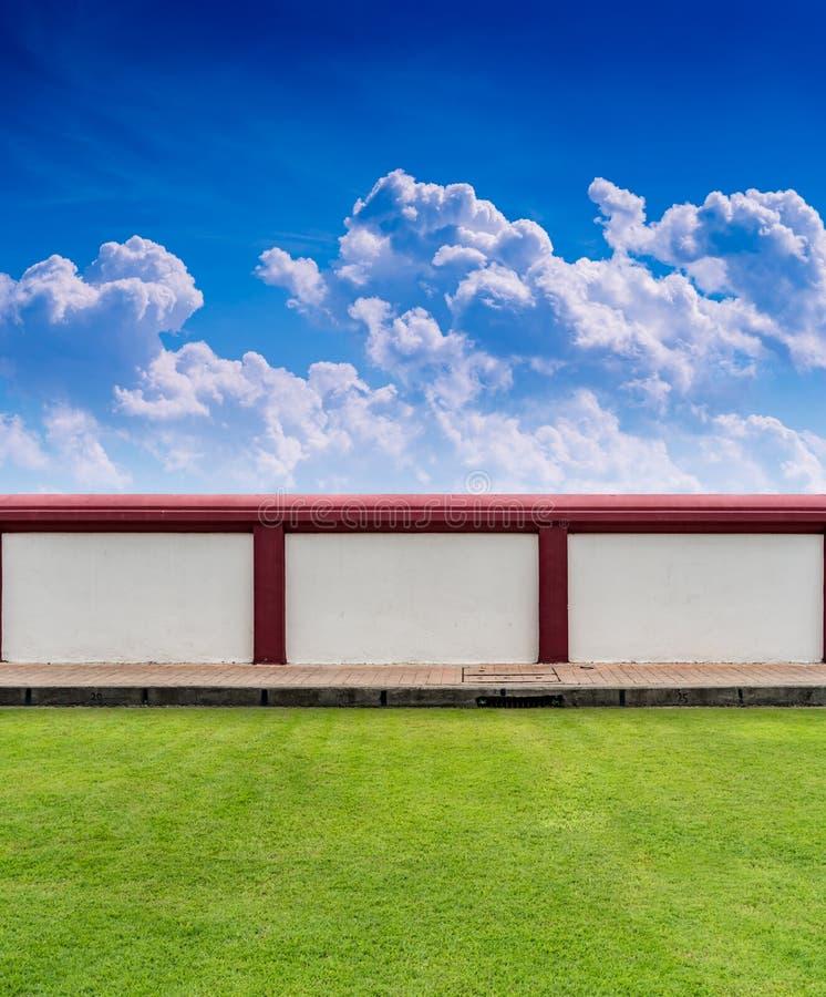 芭�9.b�d���>Y;��_有绿草的混凝土墙篱芭