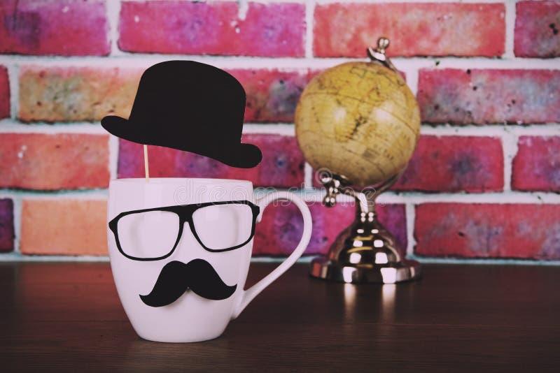 有黑行家髭葡萄酒减速火箭的过滤器的咖啡杯 库存照片