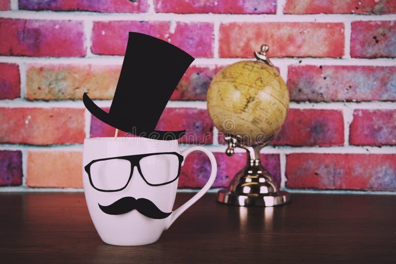 有黑行家髭葡萄酒减速火箭的过滤器的咖啡杯 免版税库存照片