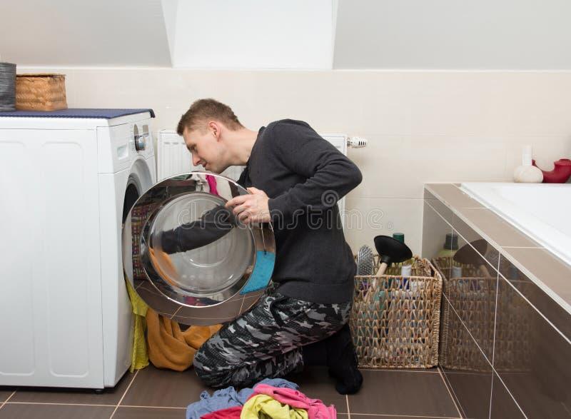 有洗衣机的人 库存照片