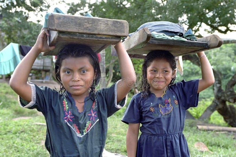 有洗衣板和洗衣店的画象印地安女孩 免版税图库摄影