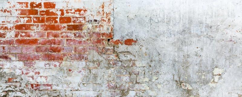 有破裂的膏药的葡萄酒砖粗砺的土气墙壁 库存照片