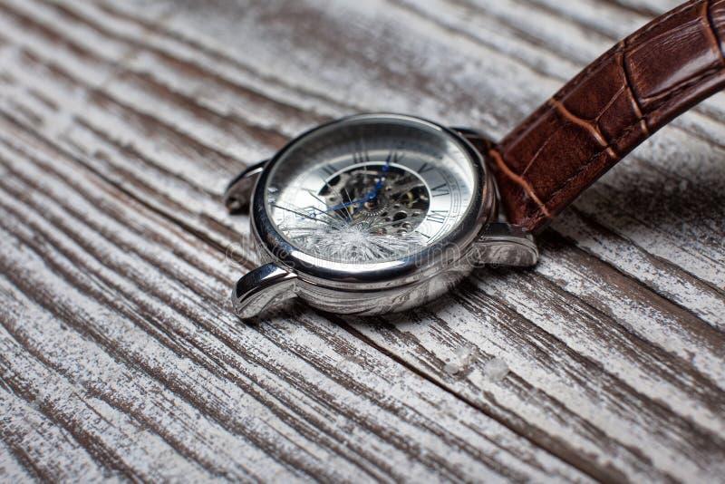 有破裂的玻璃的手表 免版税库存图片