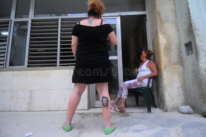 有画象od车公Guevera tatoo的妇女在她的腿 库存照片