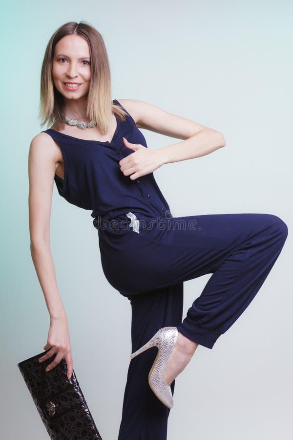有给赞许姿态的提包的时尚妇女 免版税库存照片