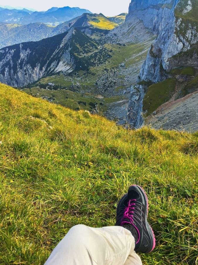 有黑远足的shoeson绿色草甸的妇女在Hochiss峰顶附近, 免版税图库摄影