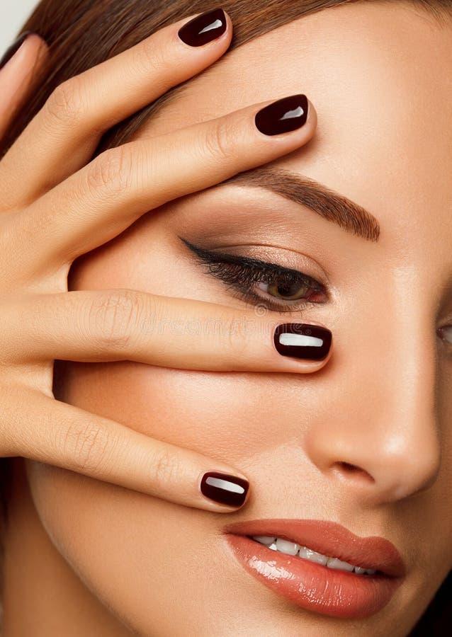 有黑钉子的美丽的妇女。构成和修指甲。 免版税图库摄影