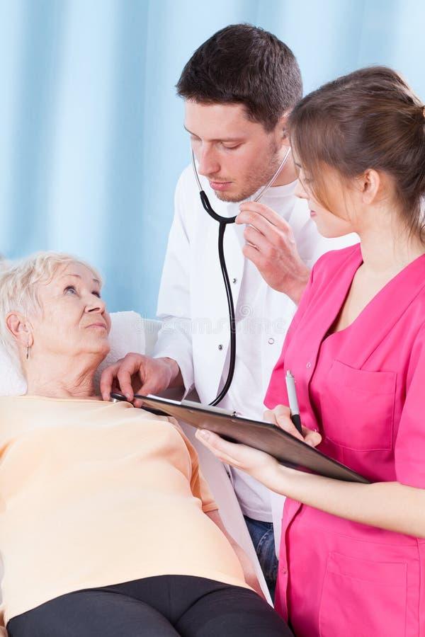 有年长的妇女身体检查 免版税库存图片