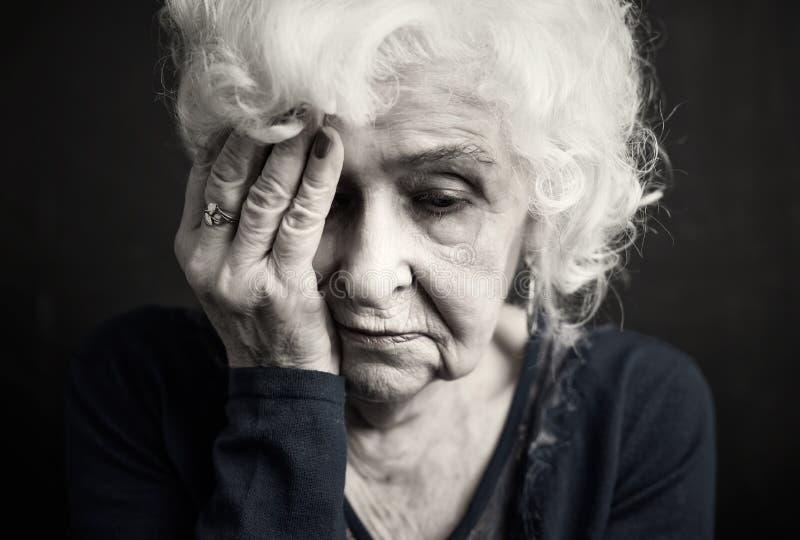有年长的妇女dsepression 免版税库存照片
