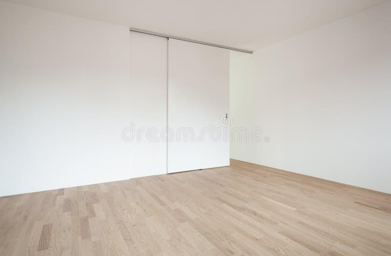 有滚滑门的空的室 免版税图库摄影
