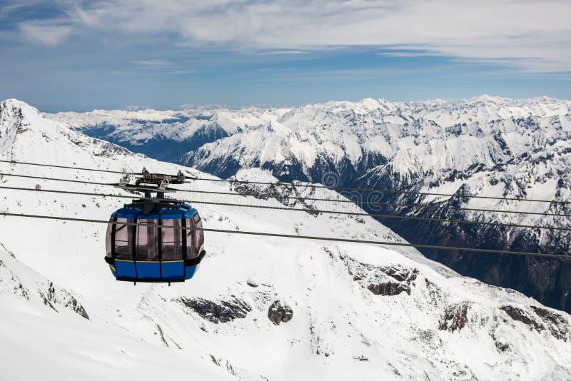有滑雪倾斜的缆车在近山 库存图片