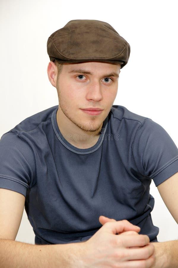 有贝雷帽的年轻人 免版税库存图片