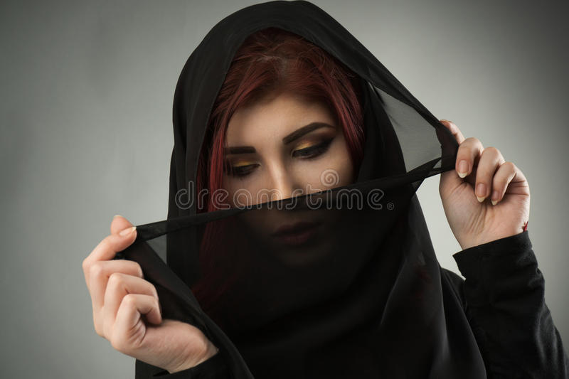 有黑面纱报道的头的少妇 库存照片