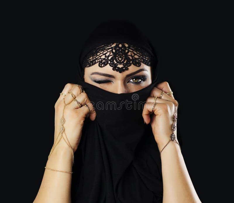 有黑面纱的美丽的白种人少妇在面孔,眨眼睛 免版税库存图片