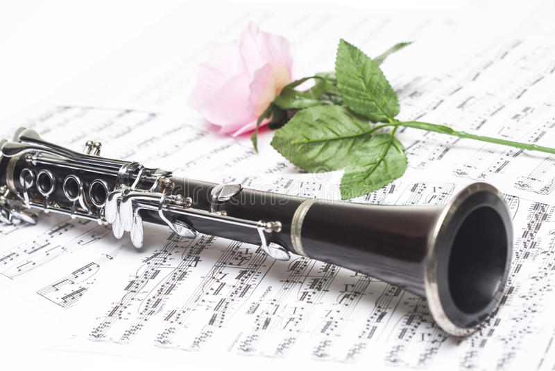 有活页乐谱的单簧管 免版税库存图片