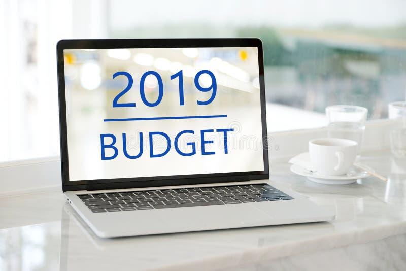 有2019预算的手提电脑在屏幕背景,数字m 免版税图库摄影