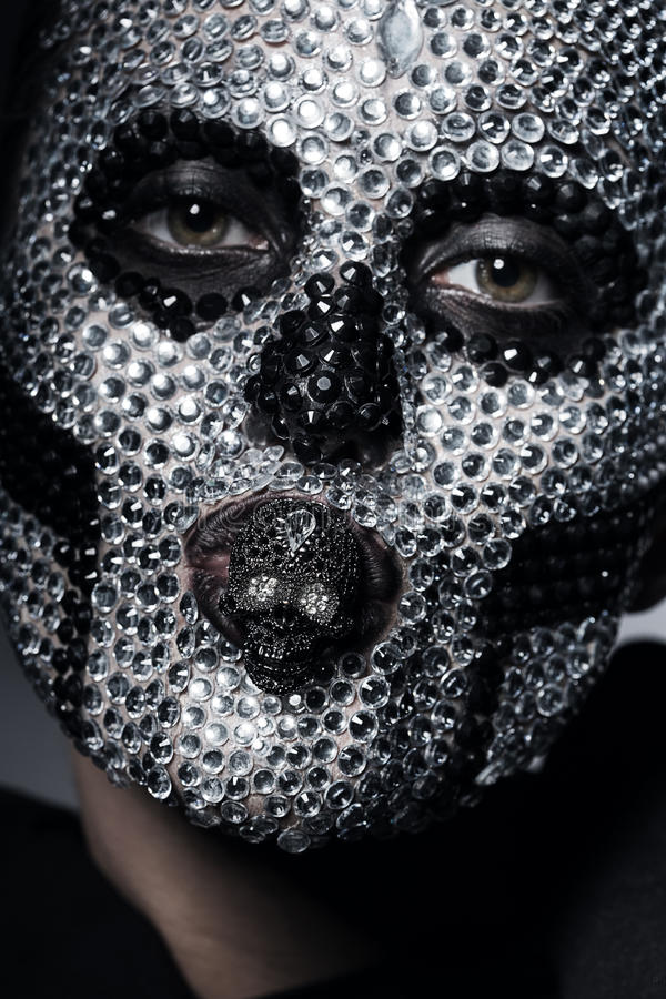 有头骨的可怕创造性的妇女在面孔 图库摄影