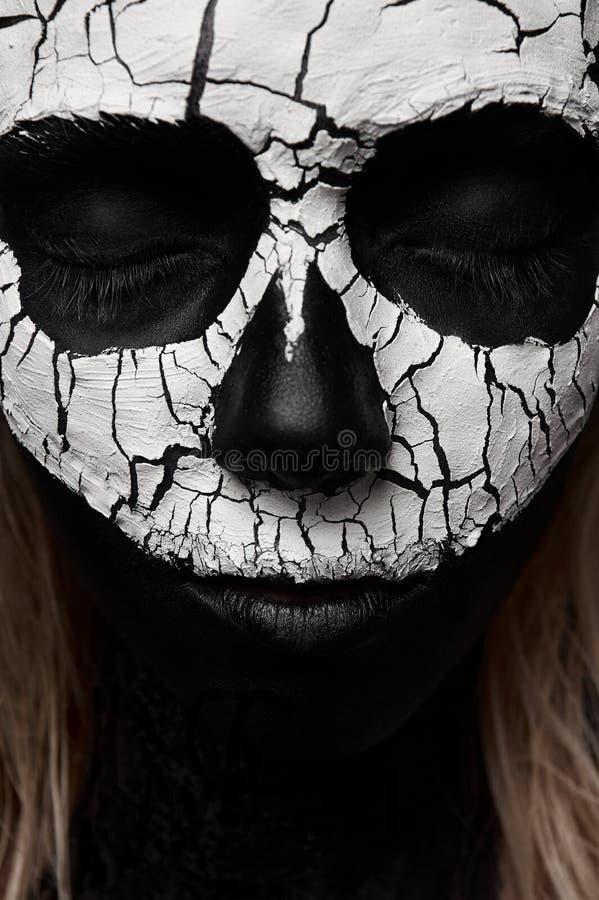 有头骨的秀丽妇女在她的面孔 免版税图库摄影