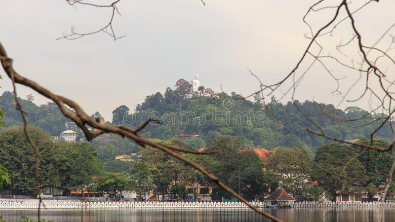 有Bahirawakanda Vihara菩萨雕象的湖康提在背景斯里兰卡中 库存照片