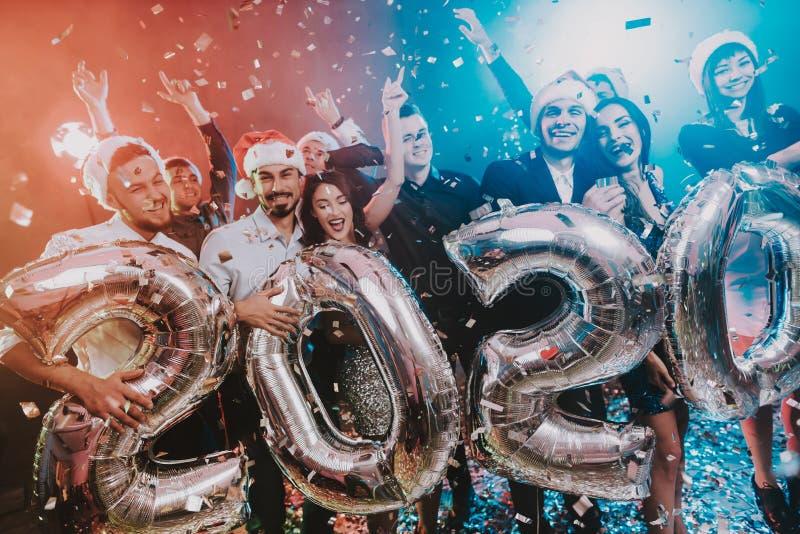 有Baloons的微笑的人庆祝新年的 库存照片