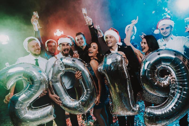 有Baloons的微笑的人庆祝新年的 免版税库存图片