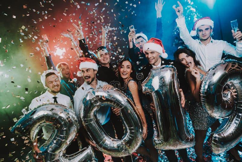 有Baloons的微笑的人庆祝新年的 图库摄影