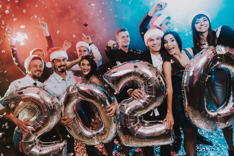 有Baloons的微笑的人庆祝新年的 免版税库存照片