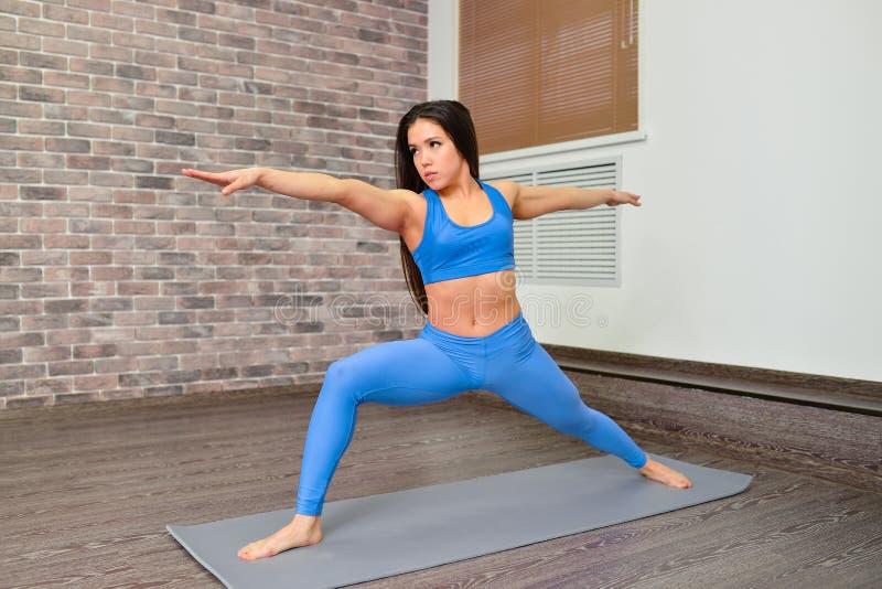 有beautifull身体的少妇和在瑜伽的长的黑发训练灵活性分类 健身和生活方式概念 图库摄影