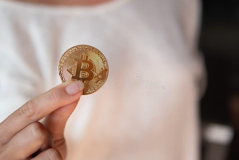 有bitcoin的特写镜头女性手 库存照片