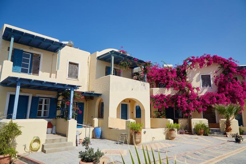 有bouganvillea花的美丽的房子 库存图片