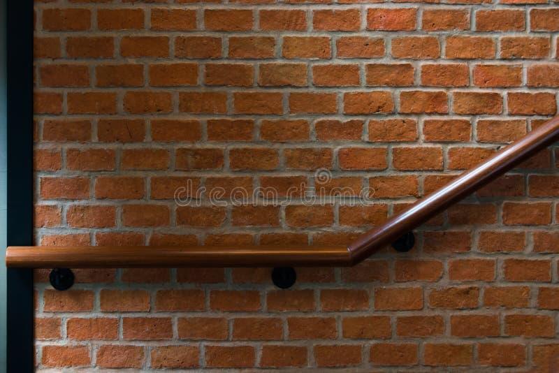 有bric墙壁葡萄酒样式内部的木台阶 库存照片