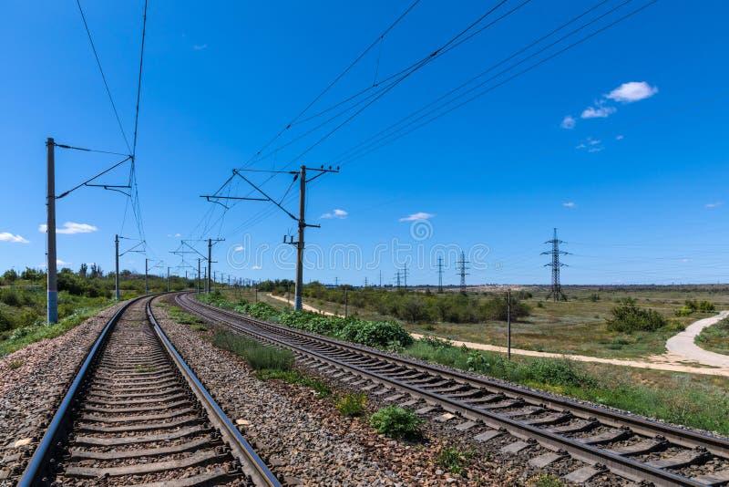有bue天空的铁路或大草原的夏天风景在干草原的 库存图片