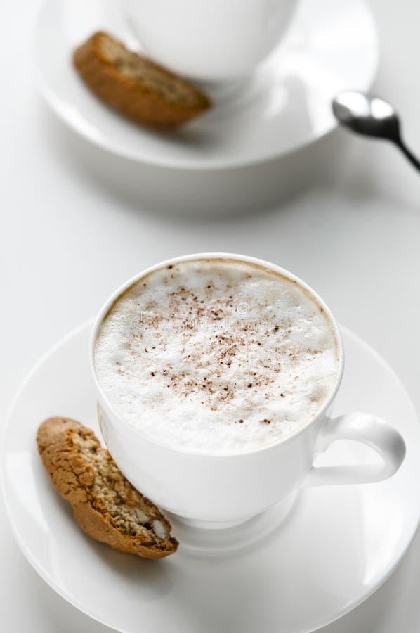 有cantuccini的咖啡杯 免版税库存图片