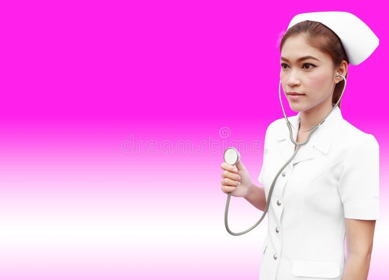 有cheking的听诊器的年轻人护士 库存图片