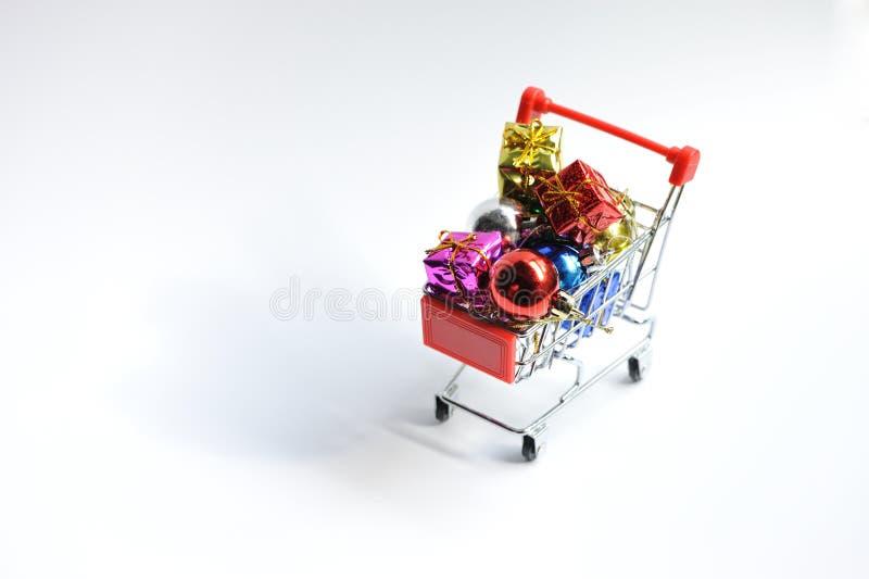 有Chrismas装饰的购物车 免版税图库摄影