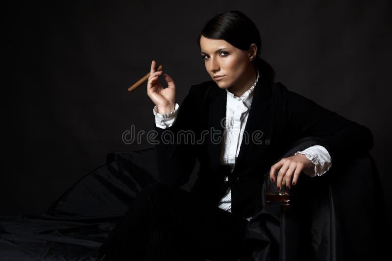 有cigare的美丽的少妇 免版税图库摄影