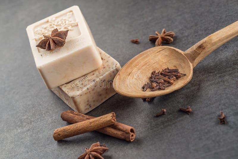 有cinnamons和茴香的手工制造装饰化妆用品肥皂在黑背景,产品和身体关心 免版税库存图片