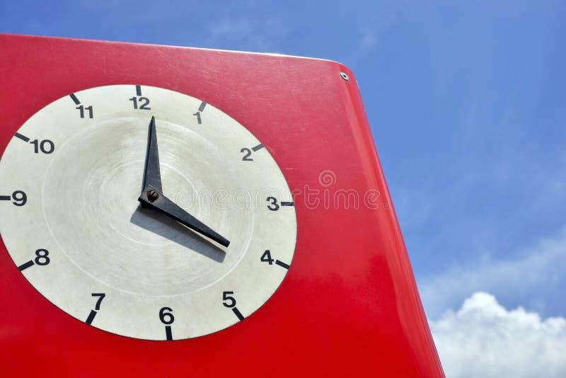 有clockface的老红色时钟 库存图片